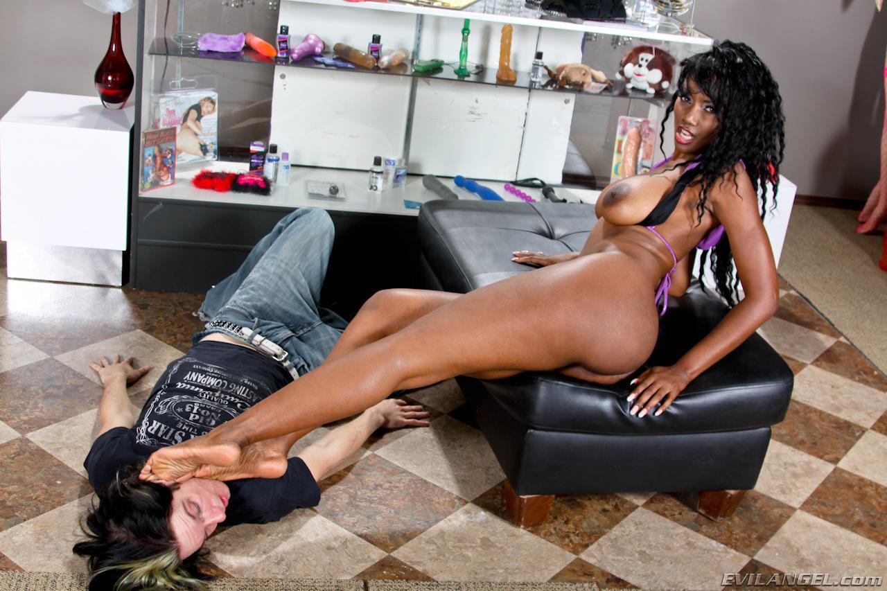 Шлюхастая черная мамаша с громадной грудью Nyomi Banxxx садится на лицо какому-то везунчику