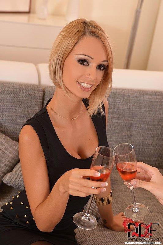 Соблазнительные светловолосые девки выпили вина и им захотелось интима с пацаном