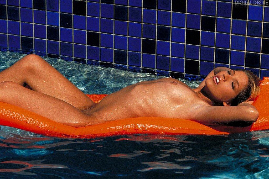 Мулатка Faith Diaz в пошлом бикини классно улыбается и показывает титечки