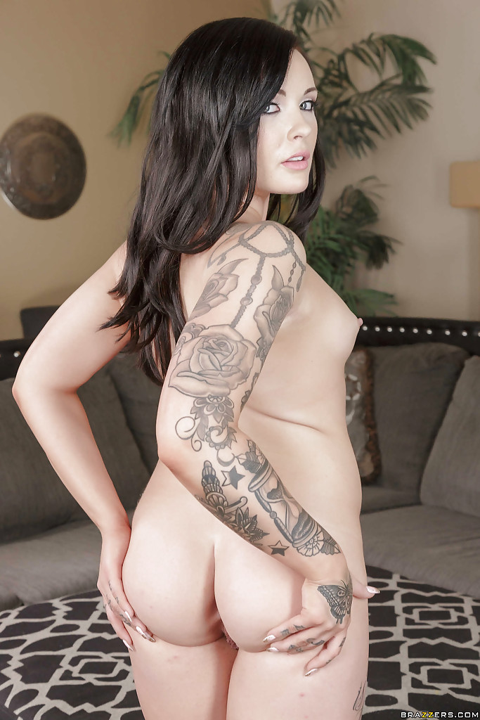 Леди обнажила татуировки на голом теле