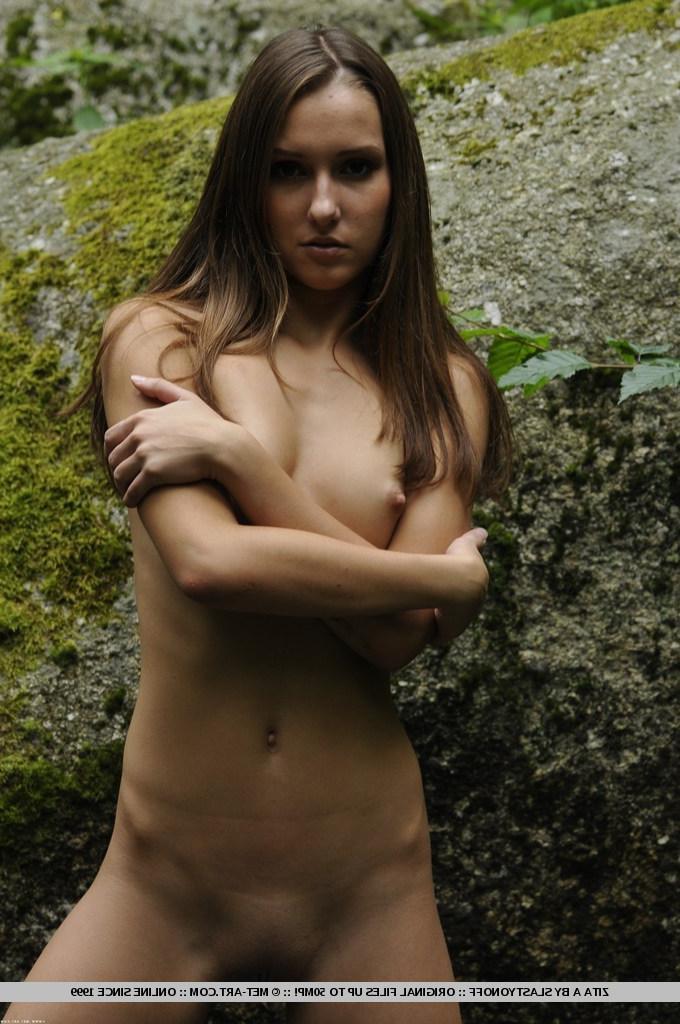 18-летняя нимфа возле горной водоема