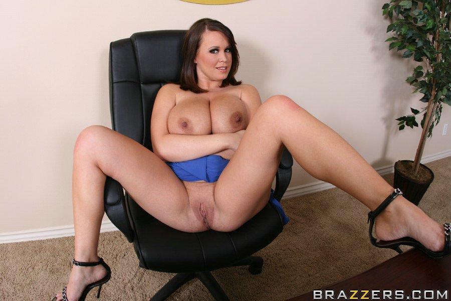 Большегрудая бизнес-леди обнажилась на рабочем столе своего кабинета