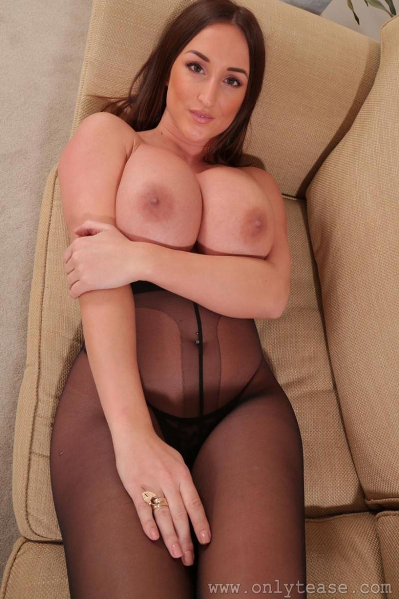 Жирная Стейси показала грудь