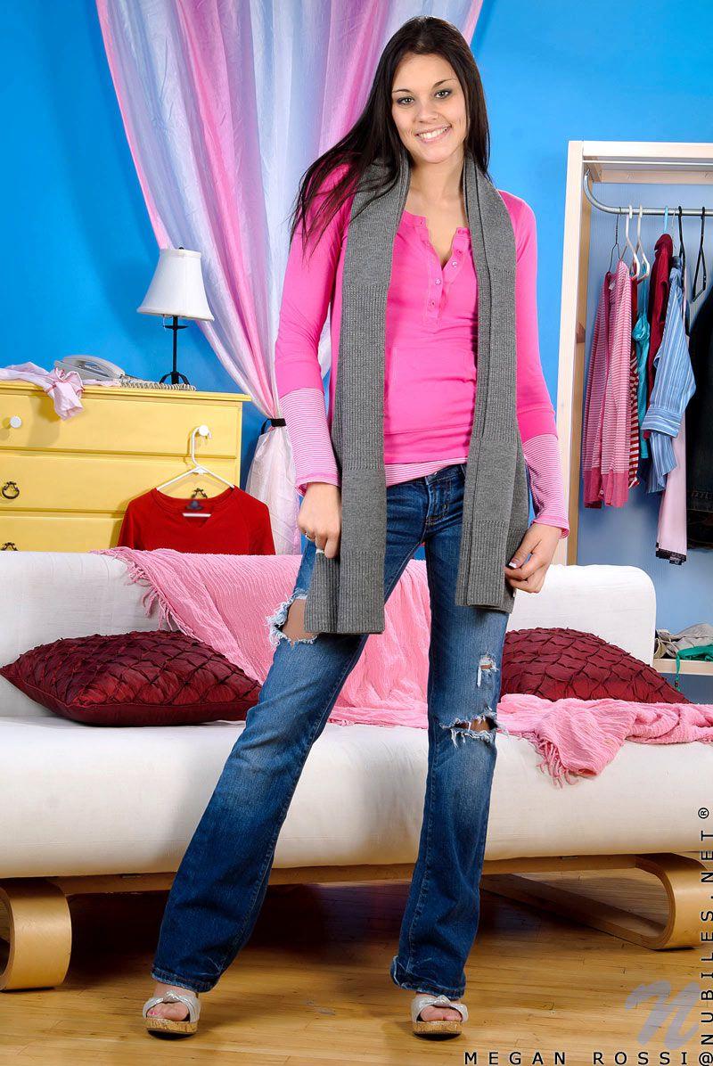 Молоденькая мулатка с небольшими сосками Megan Rossi снимает лифчик и наслаждается розовым дилдо