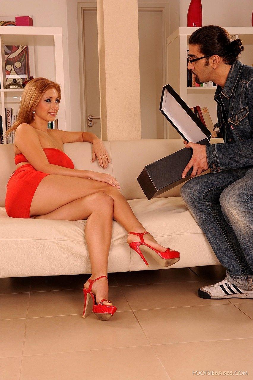 Высокая детка с идеальными ножками и стопами Carina Shay стаскивает красное платье и занимается сексом