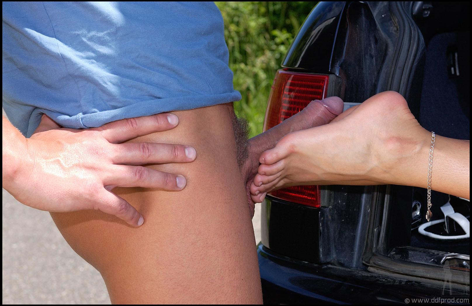 Мелани онанирует ногами случайному водителю