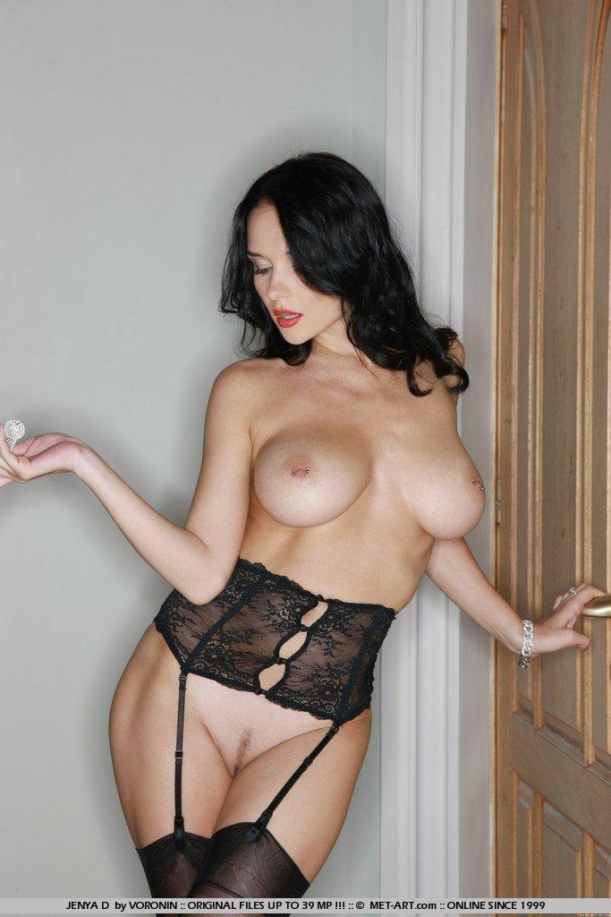 Черноволосая красавица Katie Fey в нижнем белье показывает свои крупные дыньки