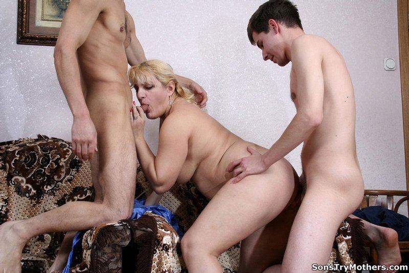 Взрослая мамаша подставляет свои дыры для траха с 2-мя молодыми юношами – они устраивают ей хорошенькой секс