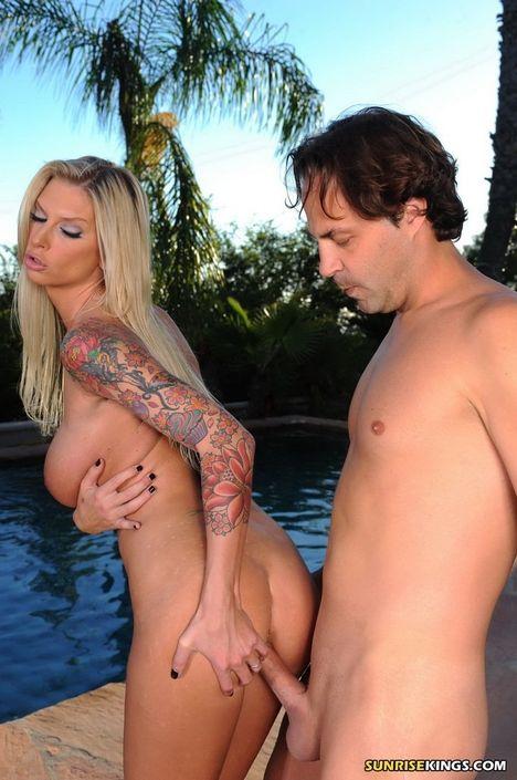 Эротичная светловолосая девушка с натуральными грудями ебется с мужиком на фоне бассейна кончил на дойки