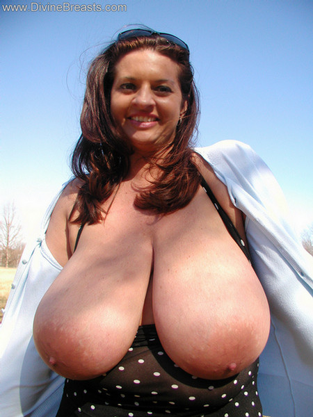 Мария Мур светит свою объемную грудь в поле
