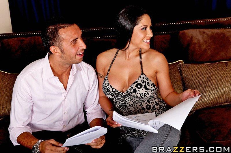 Очень похотливая латинская девушка с большими бедрами - Jenaveve Jolie