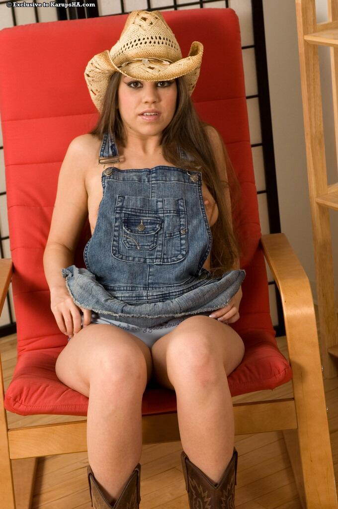 Jennifer Lynn в шляпе и сапожках  снимает платье и массирует киску