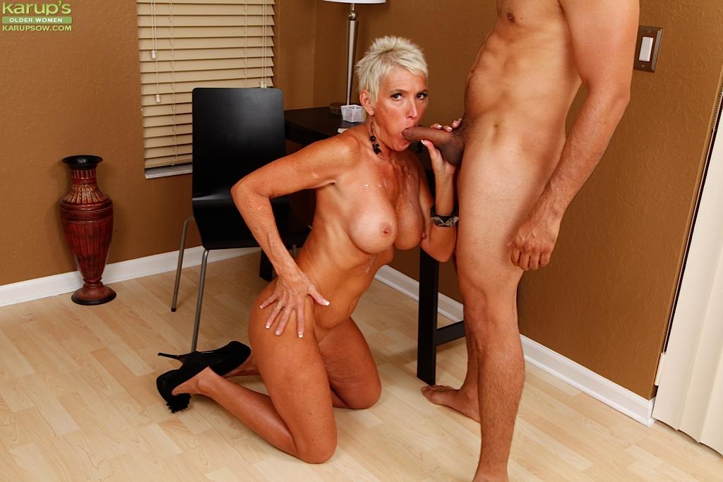 Тетка Lexy Cougar сделала юнцу минет и он кончил ей на груди